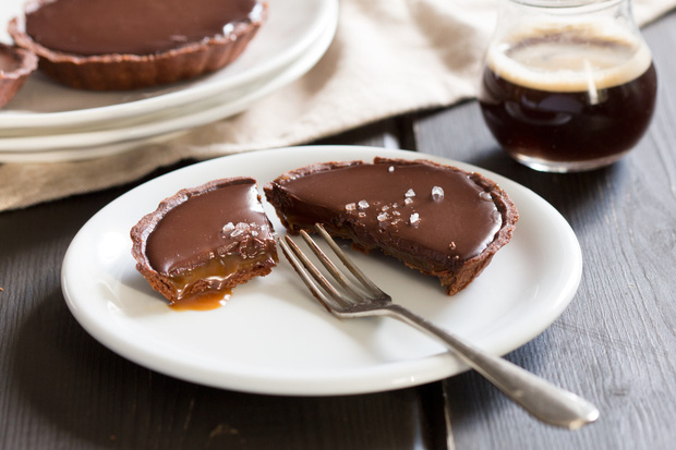 Không cần lò nướng vẫn làm được bánh tart oreo nhân caramel tan chảy - Ảnh 8.