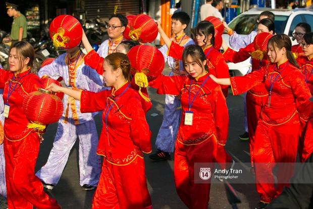 Cộng đồng người Hoa ở Sài Gòn hào hứng đổ ra đường đón Tết nguyên tiêu - Ảnh 5.