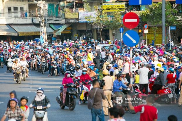 Cộng đồng người Hoa ở Sài Gòn hào hứng đổ ra đường đón Tết nguyên tiêu - Ảnh 1.