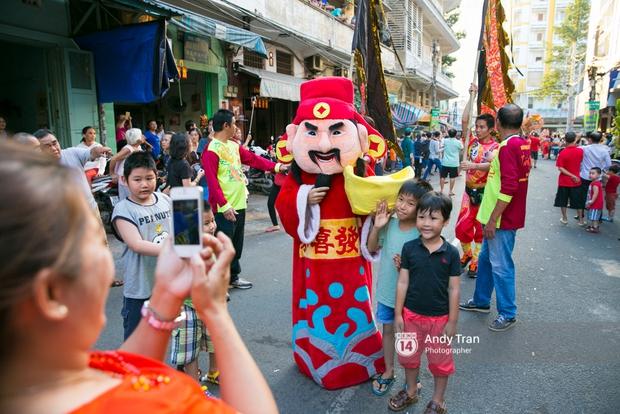 Cộng đồng người Hoa ở Sài Gòn hào hứng đổ ra đường đón Tết nguyên tiêu - Ảnh 11.