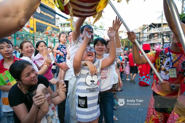 Cộng đồng người Hoa ở Sài Gòn hào hứng đổ ra đường đón Tết nguyên tiêu - Ảnh 12.