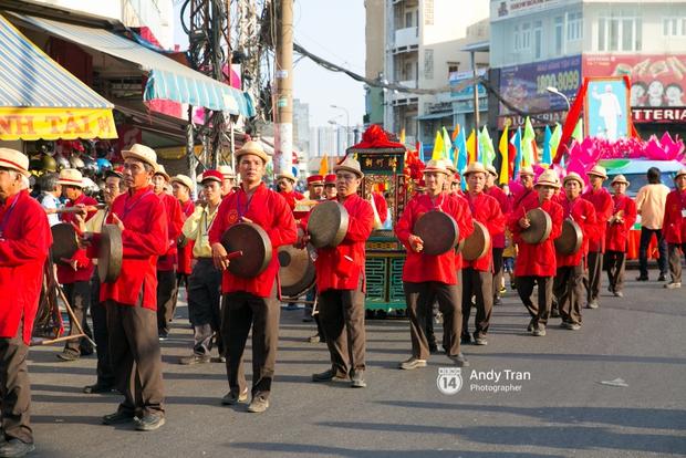 Cộng đồng người Hoa ở Sài Gòn hào hứng đổ ra đường đón Tết nguyên tiêu - Ảnh 2.