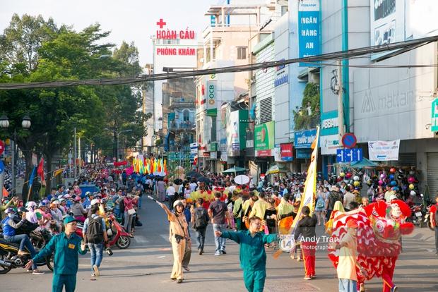 Cộng đồng người Hoa ở Sài Gòn hào hứng đổ ra đường đón Tết nguyên tiêu - Ảnh 14.