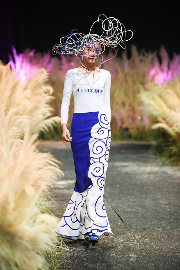 Đội hẳn bình nước lên đầu để biểu diễn đang là kiểu thời trang lạ nhất tại Việt Nam! - Ảnh 2.