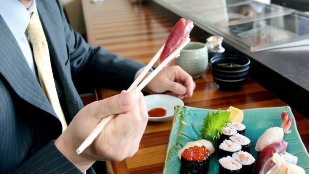 10 quy tắc ăn uống của người Nhật: cần tránh mắc phải kẻo bị coi là mất lịch sự - Ảnh 10.