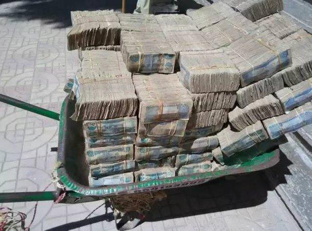 Quốc gia nghèo đến mức người dân chẳng có gì ngoài tiền, đành phải bán tiền để kiếm sống - Ảnh 10.