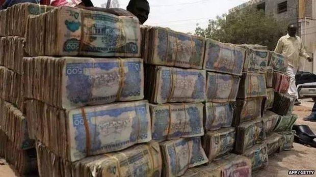 Quốc gia nghèo đến mức người dân chẳng có gì ngoài tiền, đành phải bán tiền để kiếm sống - Ảnh 11.