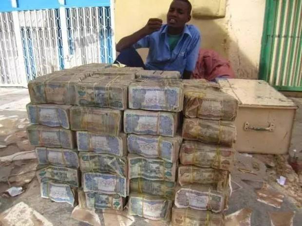 Quốc gia nghèo đến mức người dân chẳng có gì ngoài tiền, đành phải bán tiền để kiếm sống - Ảnh 12.