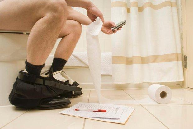 Cứ làm điều này trong toilet, bạn đang mạo hiểm với sức khỏe của chính mình - Ảnh 2.