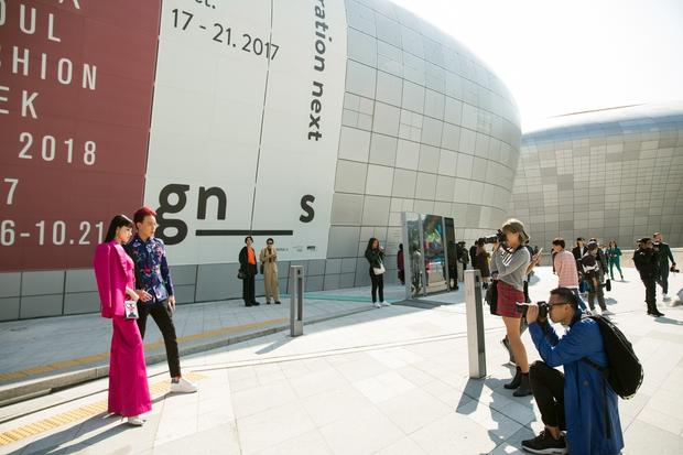 Ninh Dương Lan Ngọc quái đến không nhận ra, Hoa hậu Jolie Nguyễn sexy tại Seoul Fashion Week - Ảnh 6.