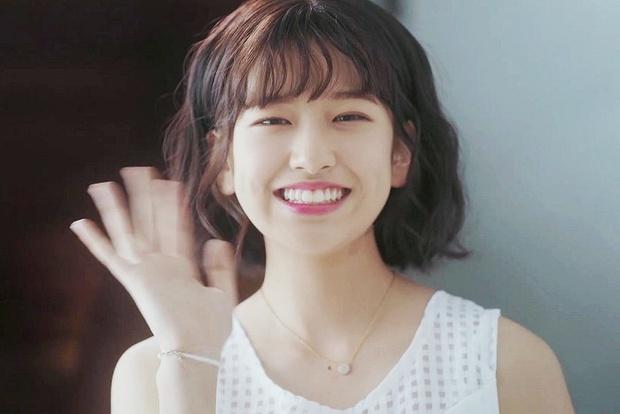 Nữ thực tập sinh nổi tiếng sau 1 clip quảng cáo vì giống nữ thần Hậu duệ mặt trời Kim Ji Won - Ảnh 1.