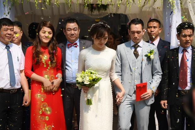 Ngắm những khoảnh khắc hạnh phúc ngọt ngào của Tú Linh và chồng trong đám cưới - Ảnh 3.