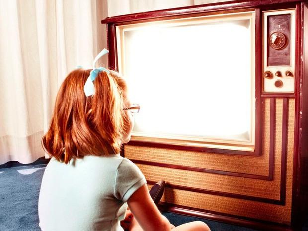 Đi tìm câu trả lời cho lời cảnh báo ám ảnh tuổi thơ: Ngồi gần TV sẽ bị hỏng mắt? - Ảnh 2.