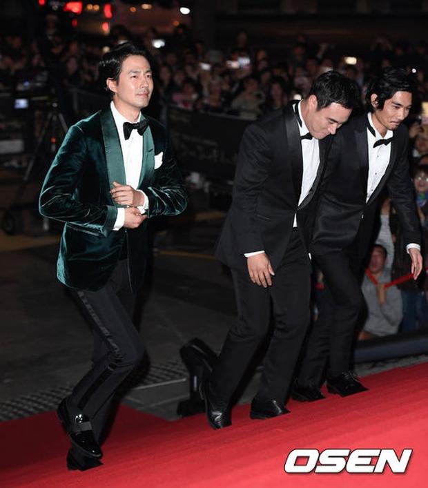 Thảm đỏ Oscar Hàn Quốc: Hoa hậu gây sốc với ngực siêu khủng, Yoona và Jo In Sung dẫn đầu dàn siêu sao - Ảnh 18.