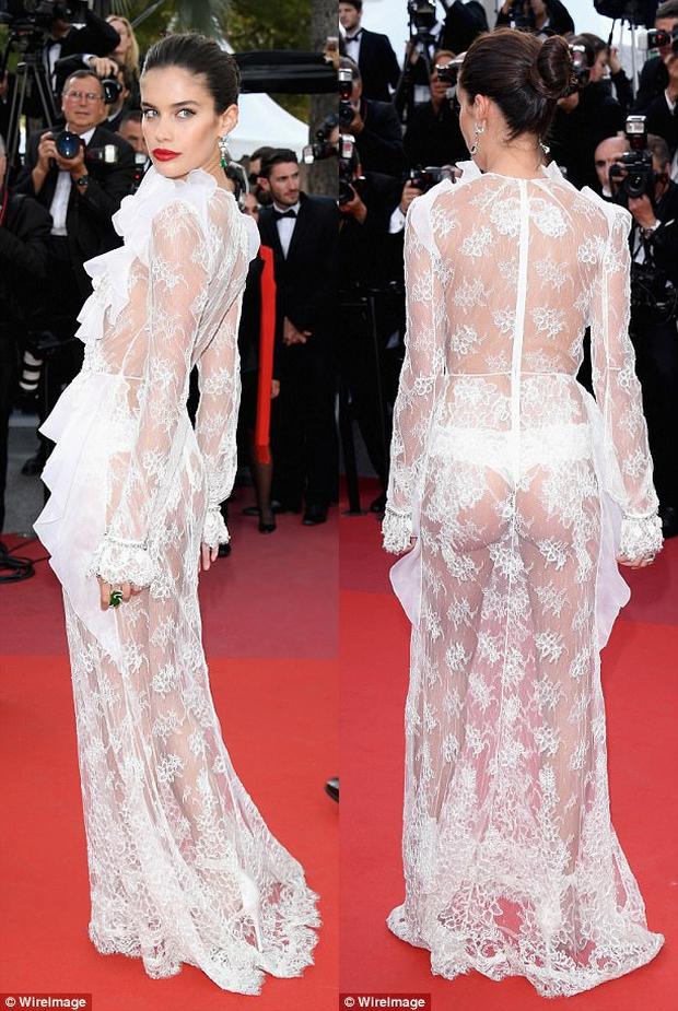 Thiên thần Victorias Secret hâm nóng thảm đỏ Cannes với váy xuyên thấu khoe vòng 3 - Ảnh 2.