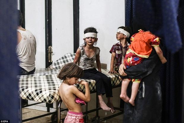 Tình hình Syria: Hình ảnh nạn nhân trong các cuộc tấn công kinh hoàng ở Syria - Ảnh 1.