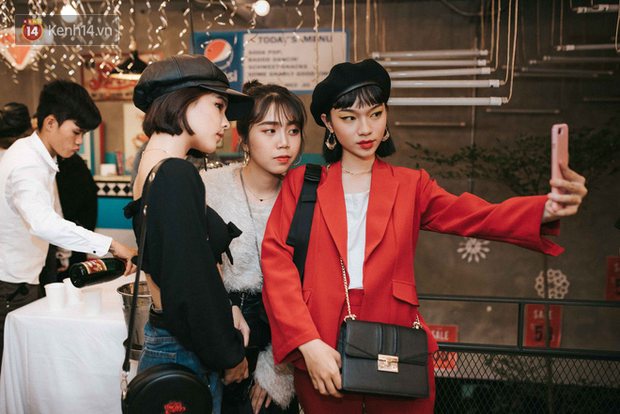 Giới trẻ Hà Nội - Sài Gòn kéo xuống phố đông nghịt đi chơi Noel - Ảnh 16.