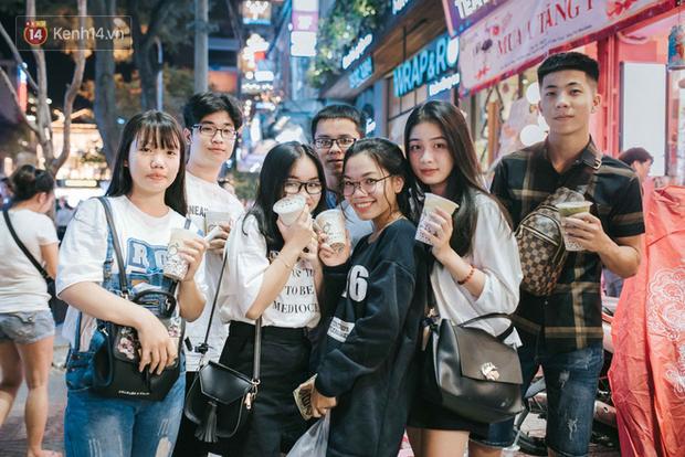 Giới trẻ Hà Nội - Sài Gòn kéo xuống phố đông nghịt đi chơi Noel - Ảnh 18.