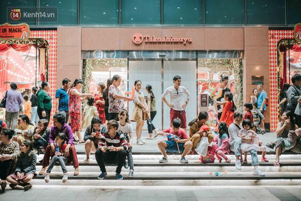Giới trẻ Hà Nội - Sài Gòn kéo xuống phố đông nghịt đi chơi Noel - Ảnh 21.