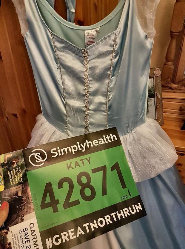 """Mặc váy công chúa Lọ Lem thi chạy marathon, cô bạn bị nhiều người bảo """"làm lố"""" nhưng lý do thực sự lại rất cảm động - Ảnh 5."""