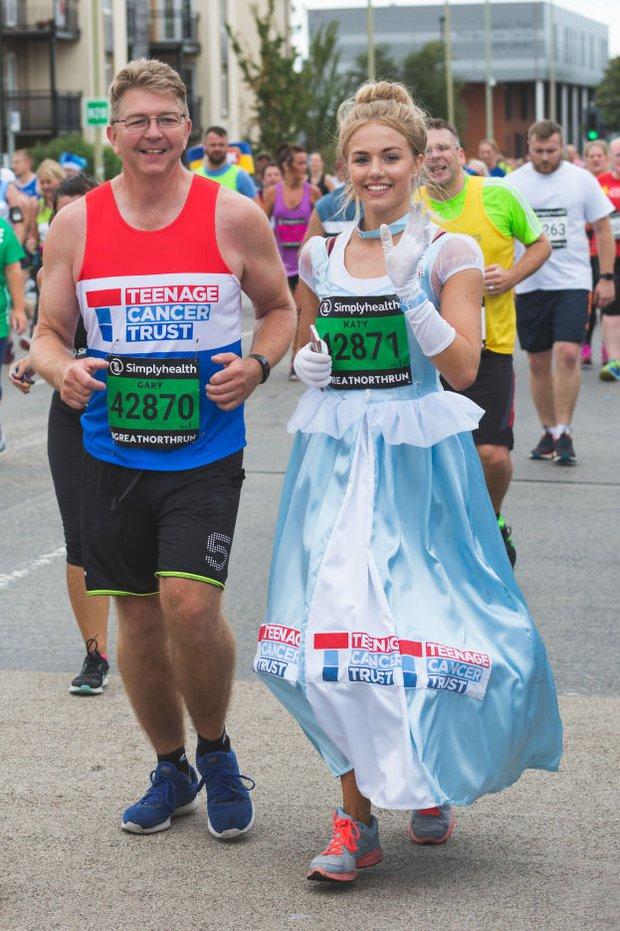 """Mặc váy công chúa Lọ Lem thi chạy marathon, cô bạn bị nhiều người bảo """"làm lố"""" nhưng lý do thực sự lại rất cảm động - Ảnh 6."""