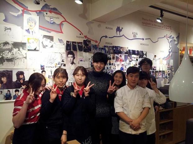 Tới Hàn Quốc, muốn gặp thần tượng không đâu dễ bằng đến chính quán cafe do họ mở! - Ảnh 19.
