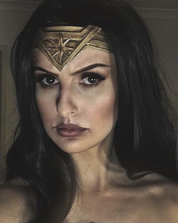 Chỉ dùng thảm xốp và băng dính, cô gái này vẫn cosplay Wonder Woman thành công mỹ mãn - Ảnh 1.
