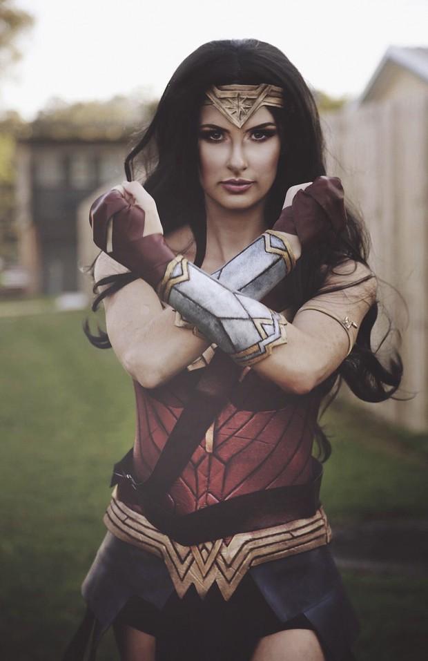 Chỉ dùng thảm xốp và băng dính, cô gái này vẫn cosplay Wonder Woman thành công mỹ mãn - Ảnh 17.