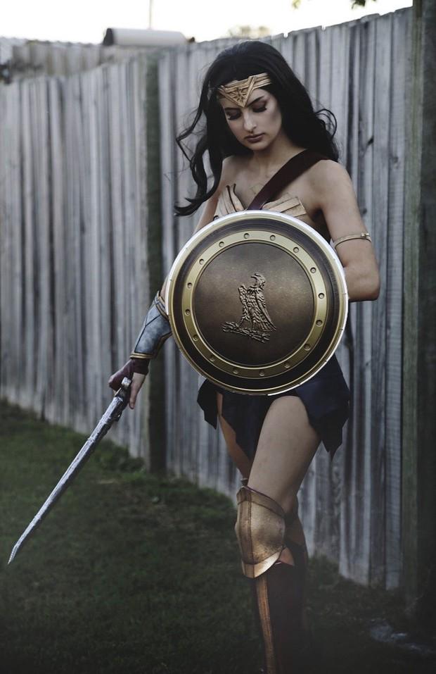 Chỉ dùng thảm xốp và băng dính, cô gái này vẫn cosplay Wonder Woman thành công mỹ mãn - Ảnh 15.