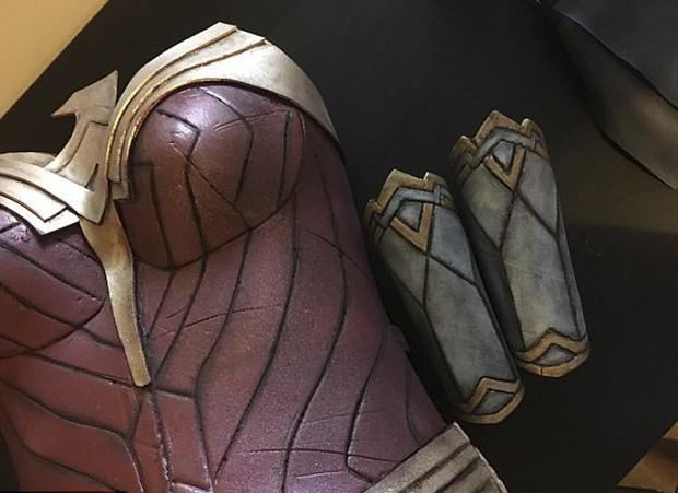 Chỉ dùng thảm xốp và băng dính, cô gái này vẫn cosplay Wonder Woman thành công mỹ mãn - Ảnh 3.