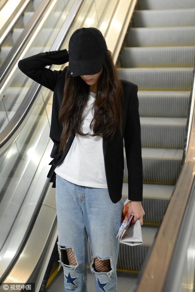 Dương Mịch rách rưới tả tơi nhưng vẫn nổi bật, Victoria f(x) tự tin thả dáng tại sân bay - Ảnh 7.