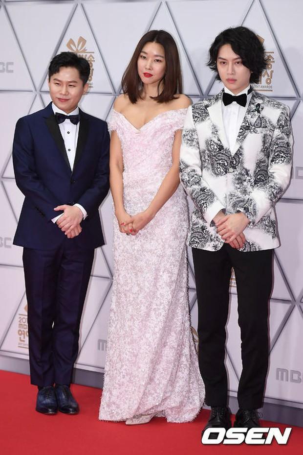 Thảm đỏ MBC Entertainment Awards: Dara bỗng già chát, bị mỹ nhân gợi cảm vô danh và loạt sao nữ sexy đè bẹp - Ảnh 2.