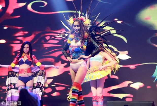 Victorias Secret Show phiên bản hội chợ Trung Quốc: Dàn người mẫu lộ bụng mỡ, nhái cánh thiên thần 1 cách trắng trợn - Ảnh 5.