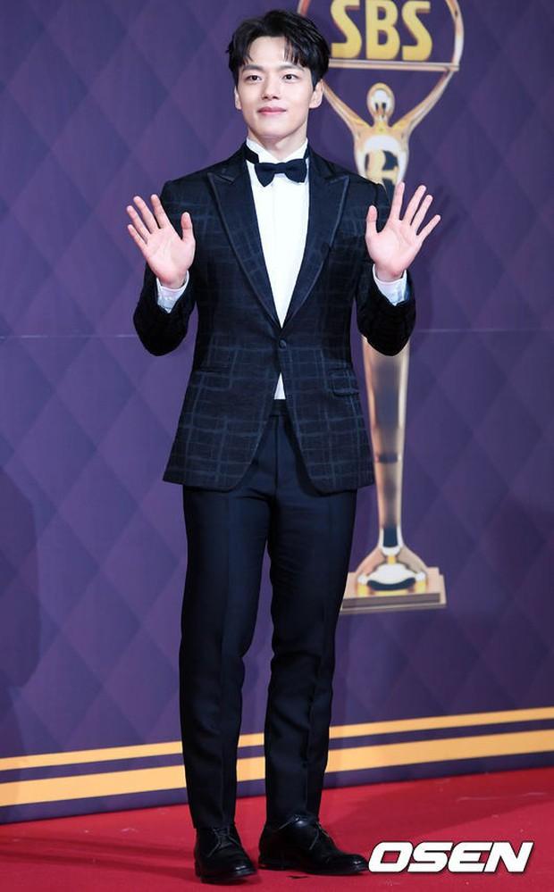 Thảm đỏ SBS Drama Awards: Nữ thần Suzy cân cả Yuri và dàn mỹ nhân hàng đầu Kpop, cặp vợ chồng Jisung quyền lực xuất hiện - Ảnh 25.