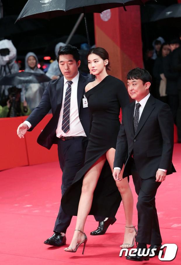 Thảm đỏ hot nhất hôm nay: Yoona khoe lưng trần bên tài tử Jang Dong Gun, sao Vì sao đưa anh tới lộ hàng - Ảnh 15.