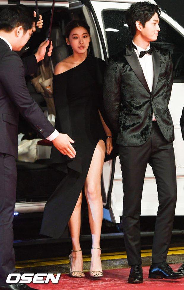 Thảm đỏ hot nhất hôm nay: Yoona khoe lưng trần bên tài tử Jang Dong Gun, sao Vì sao đưa anh tới lộ hàng - Ảnh 14.
