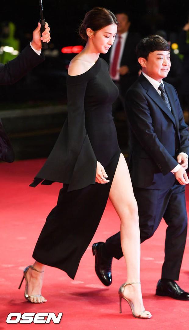 Thảm đỏ hot nhất hôm nay: Yoona khoe lưng trần bên tài tử Jang Dong Gun, sao Vì sao đưa anh tới lộ hàng - Ảnh 16.