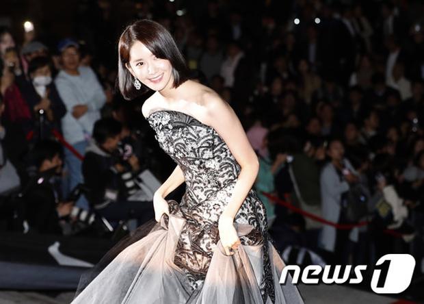 Thảm đỏ Oscar Hàn Quốc: Hoa hậu gây sốc với ngực siêu khủng, Yoona và Jo In Sung dẫn đầu dàn siêu sao - Ảnh 8.