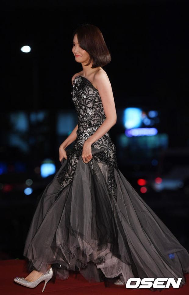 Thảm đỏ Oscar Hàn Quốc: Hoa hậu gây sốc với ngực siêu khủng, Yoona và Jo In Sung dẫn đầu dàn siêu sao - Ảnh 6.