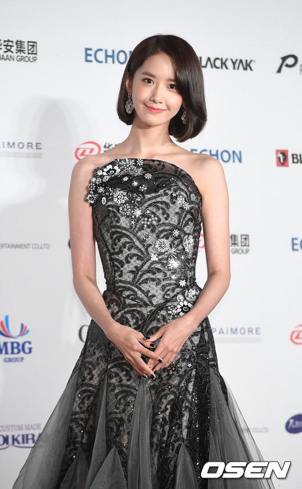 Thảm đỏ Oscar Hàn Quốc: Hoa hậu gây sốc với ngực siêu khủng, Yoona và Jo In Sung dẫn đầu dàn siêu sao - Ảnh 10.