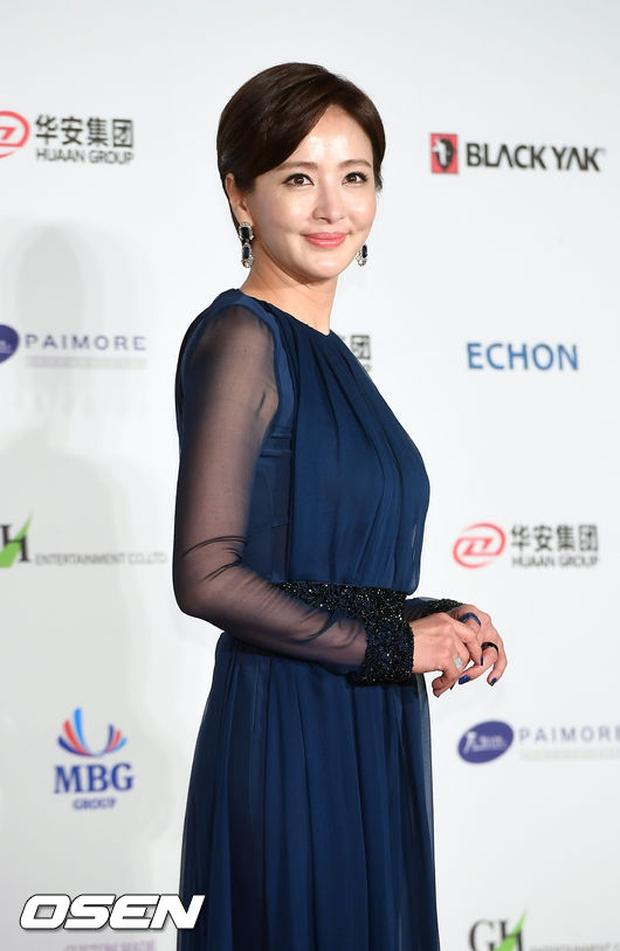 Thảm đỏ Oscar Hàn Quốc: Hoa hậu gây sốc với ngực siêu khủng, Yoona và Jo In Sung dẫn đầu dàn siêu sao - Ảnh 31.