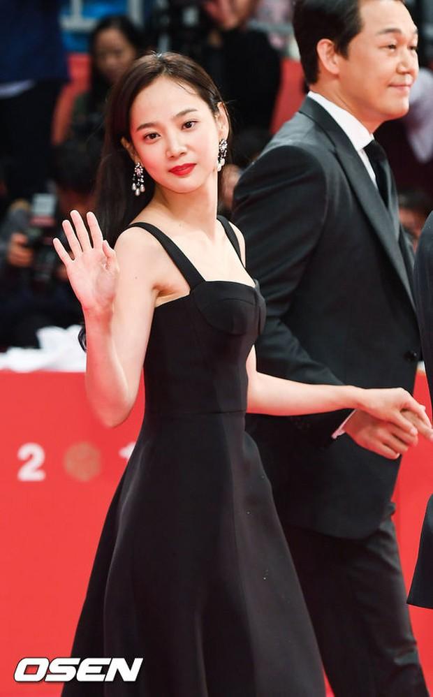 Thảm đỏ hot nhất hôm nay: Yoona khoe lưng trần bên tài tử Jang Dong Gun, sao Vì sao đưa anh tới lộ hàng - Ảnh 28.