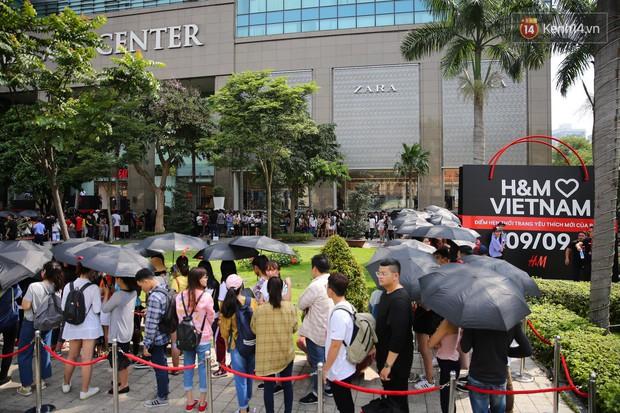 Năm 2017, chỉ khi Zara nắm tay H&M về Việt Nam, giới trẻ Việt mới có những ngày xếp hàng và mua sắm bùng nổ đến vậy - Ảnh 4.