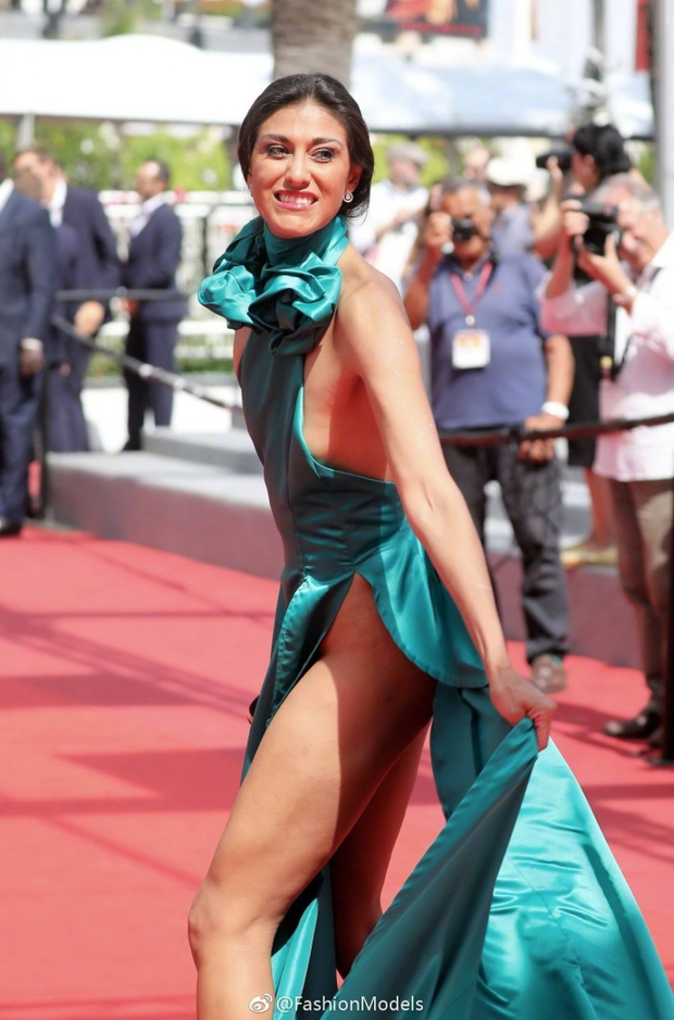 Nữ diễn viên vô danh diện váy hở bạo trở thành bà hoàng thảm đỏ tại Cannes - Ảnh 2.