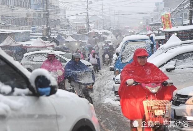 Mưa tuyết, giá lạnh tràn xuống Trung Quốc: Sinh viên cầm ô, xếp hàng lên lớp - Ảnh 9.