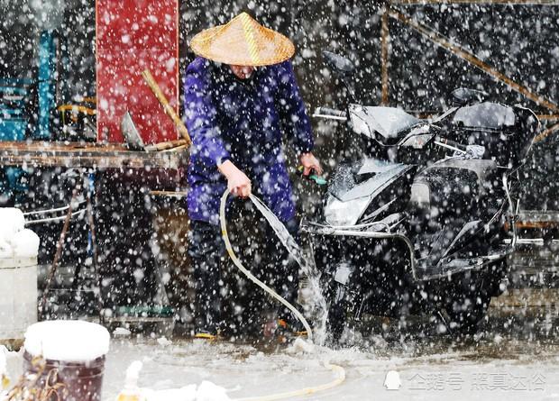 Mưa tuyết, giá lạnh tràn xuống Trung Quốc: Sinh viên cầm ô, xếp hàng lên lớp - Ảnh 11.