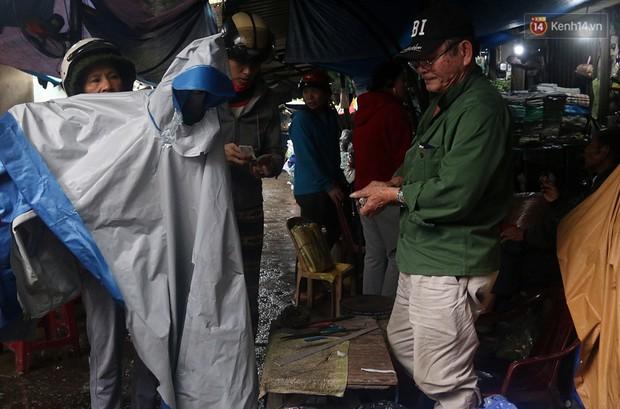 Chú Tí hơn 40 năm hành nghề lạ ở chợ Đông Ba: Vá áo mưa tàu ngầm cho người nghèo với giá 5 nghìn đồng - Ảnh 6.