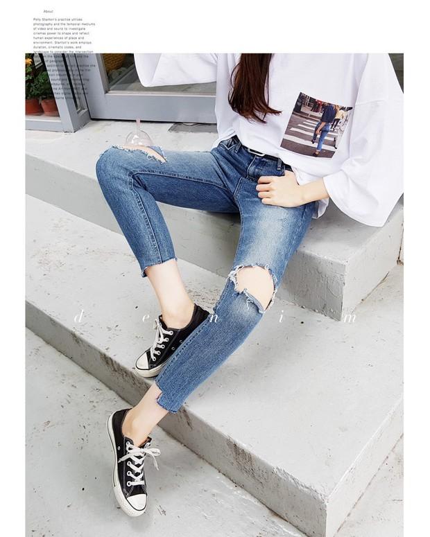 Nếu đang định sắm skinny jeans, bạn đừng mua loại bó chịt mà hãy chọn dáng ôm vừa phải như thế này mới là đúng mốt 2018 - Ảnh 1.