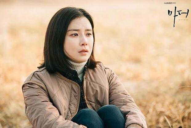 Mother - tác phẩm về nạn ngược đãi trẻ em khiến Lee Bo Young rơi nước mắt - Ảnh 6.