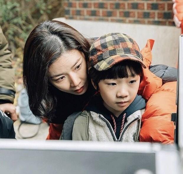 Mother - tác phẩm về nạn ngược đãi trẻ em khiến Lee Bo Young rơi nước mắt - Ảnh 4.